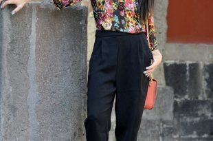 Floral Blouse Outfit Idea for Women