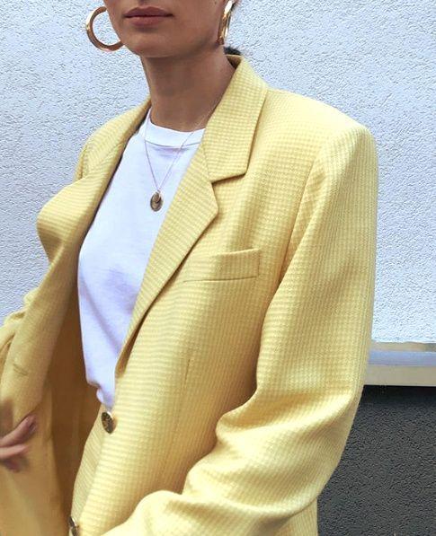 Blazer jaune pastel, t-shirt blanc, boucles d'oreilles créole