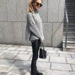 Dolcevita nero collo alto, camicia oversize Zara, leggings eco, stivali neri bor...