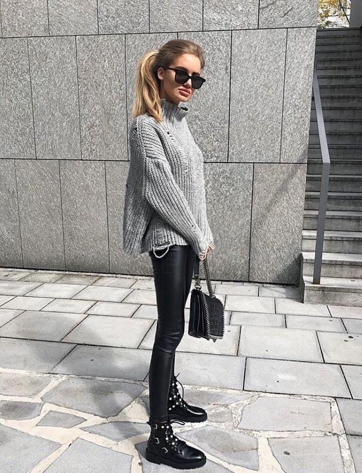 Dolcevita nero collo alto, camicia oversize Zara, leggings eco, stivali neri bor…