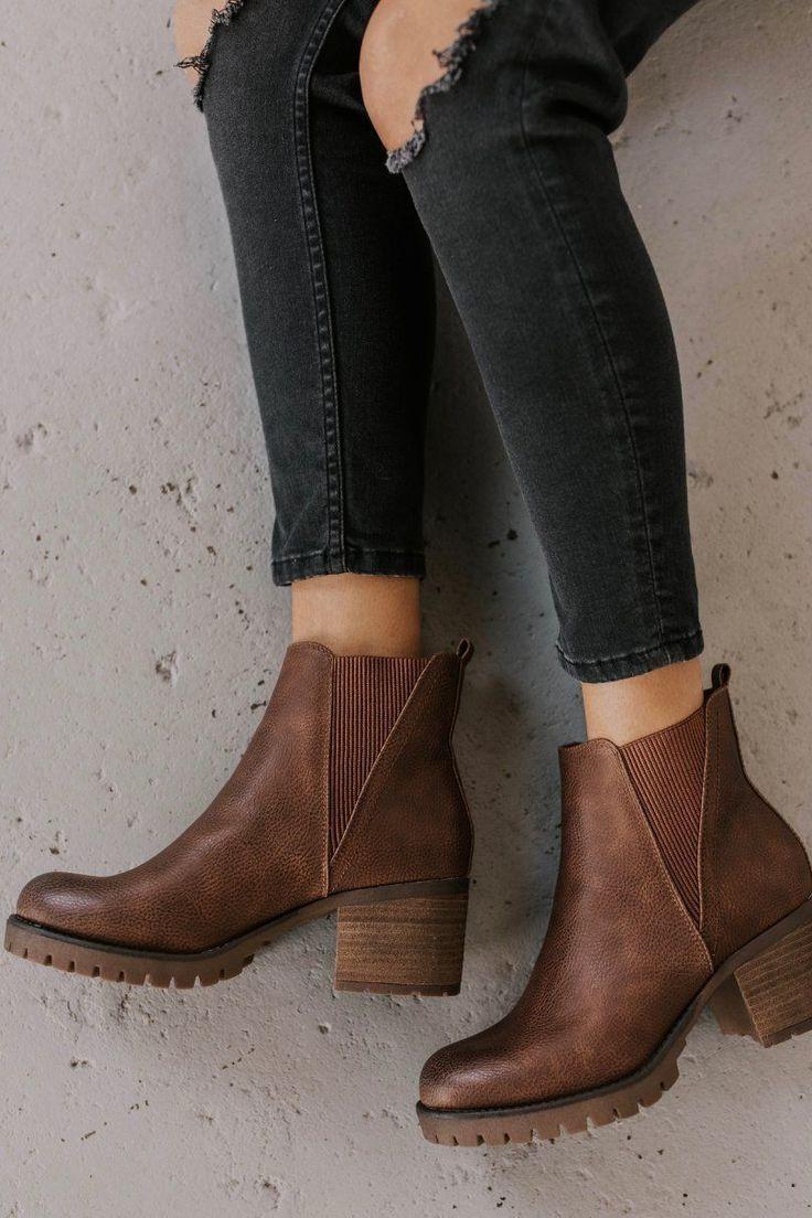 Idées de tenue de bottine pour les femmes. Bottines chunky douces tendances de la mode 2019.