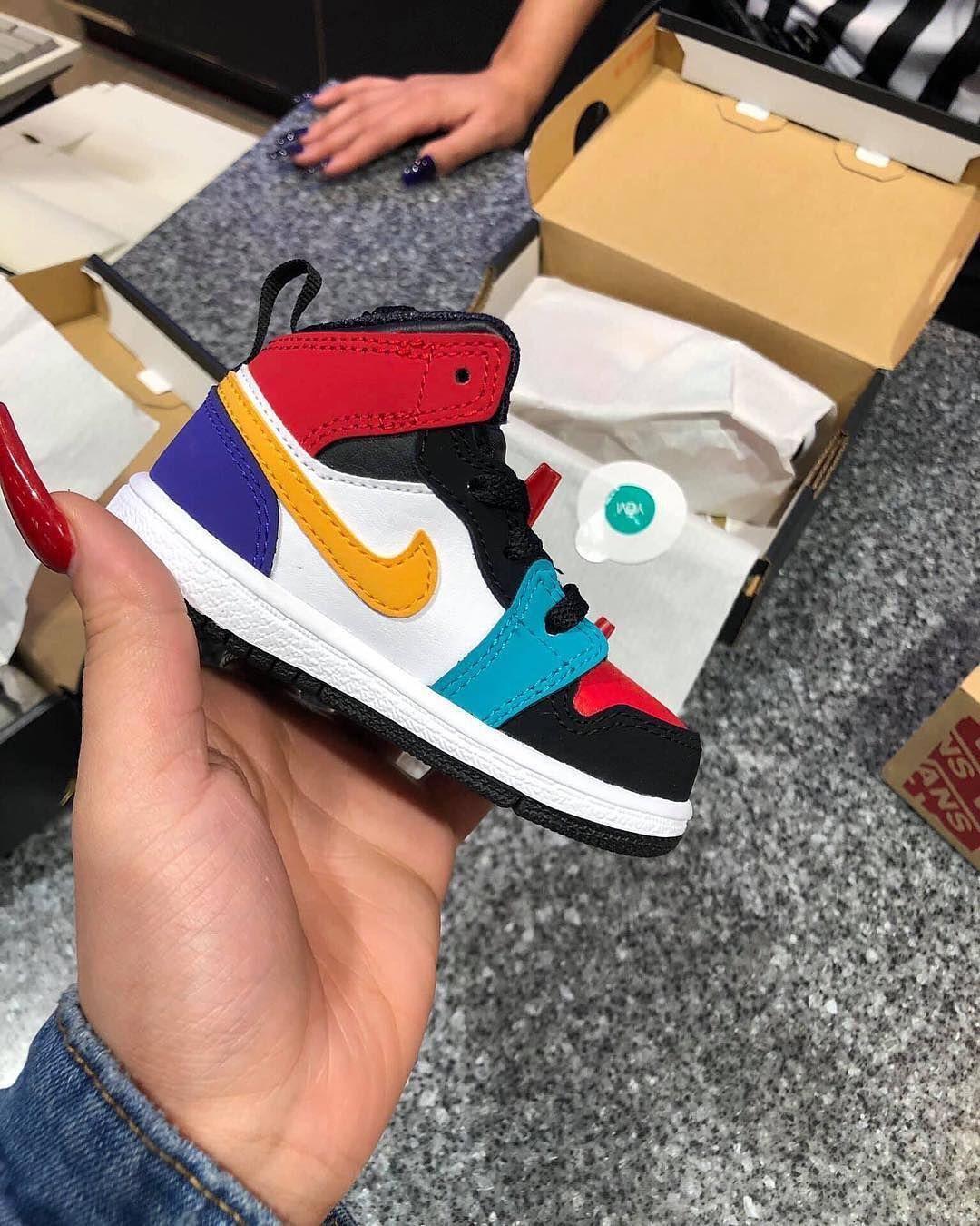 L'image contient peut-être: chaussures