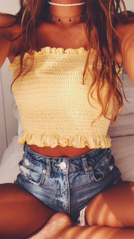 LOVE HER 'SCRUNCHED' CROP TOP, WHICH LOOKS JUST FABULOUS WITH HER SHORT, SHORT D…