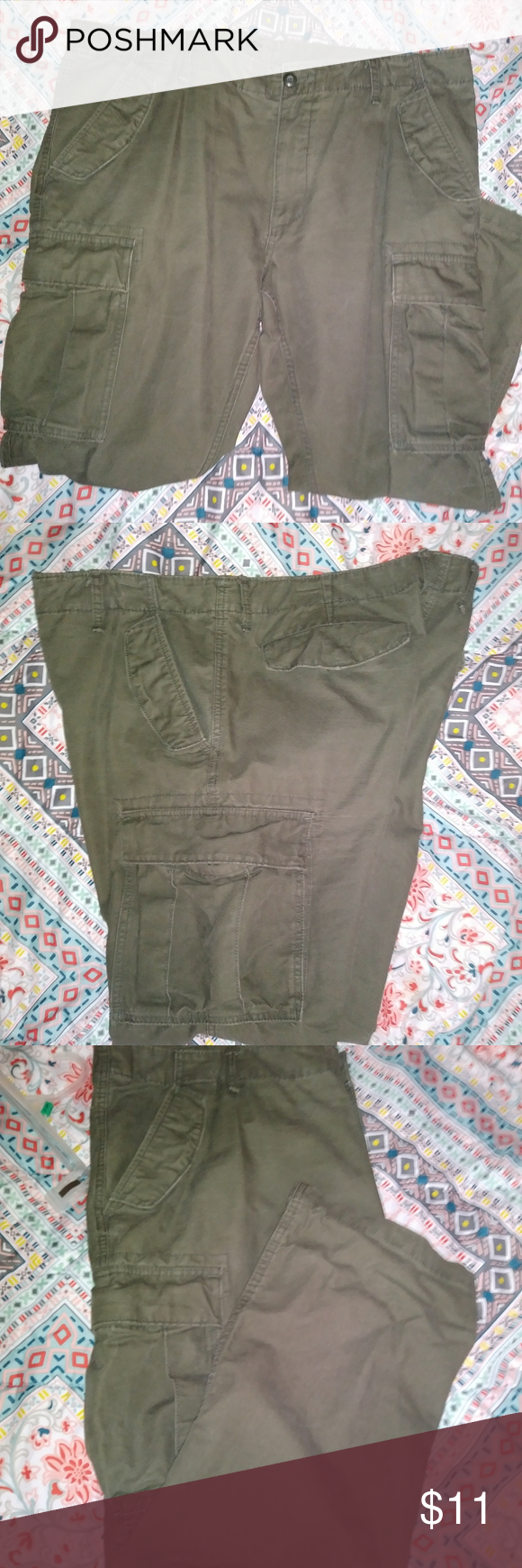 Old Navy Cargo pants Men's size 42×30 Old Navy Cargo pants. USED and in Excelle…