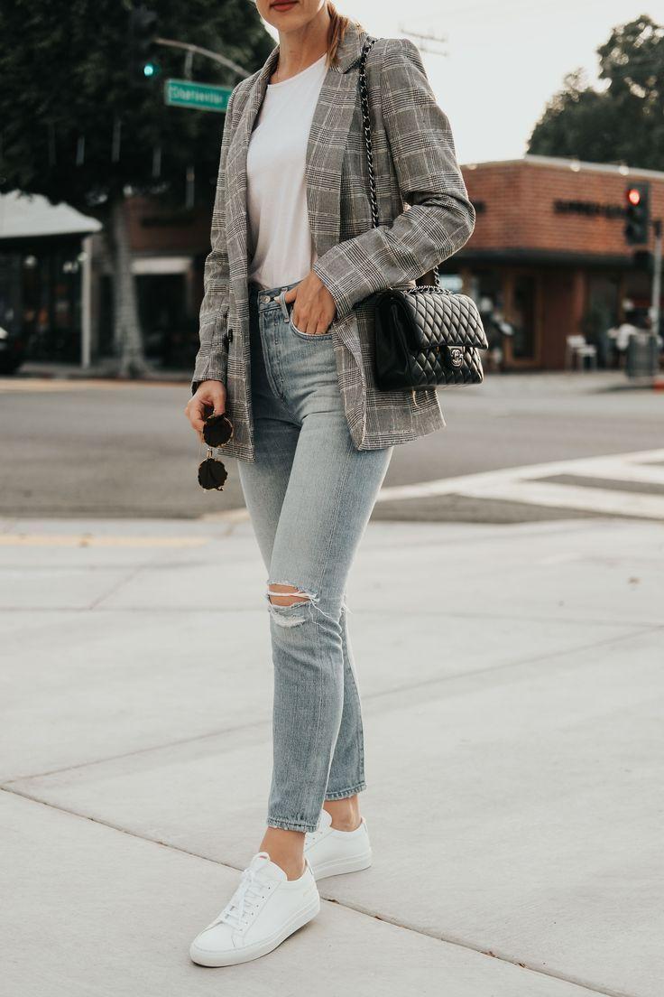 Plaid blazer street style // How to wear a plaid blazer with jeans // Casual chi…