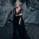 Robe de mariée festonnée en V-cou noir personnalisé avec des manches en dentelle