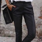 #spring #outfits Frau im weißen Smokinghemd und in der schwarzen Hose. Bild von Vogue.story ....