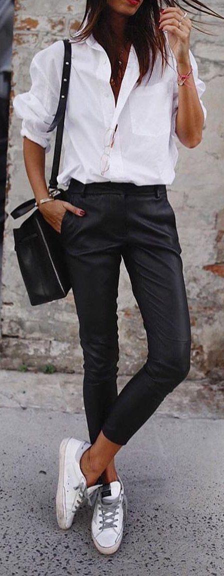 #spring #outfits Frau im weißen Smokinghemd und in der schwarzen Hose. Bild von Vogue.story ….