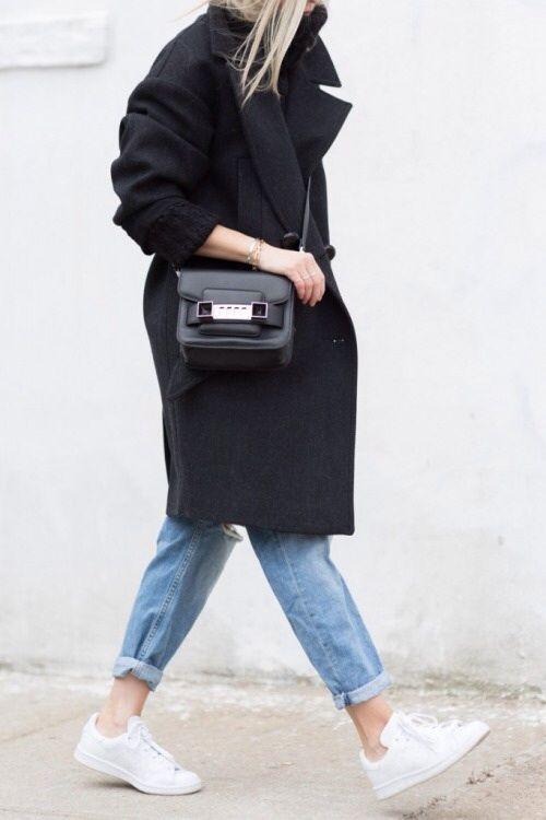 street style / black camel coat + mom jeans + white sneakers